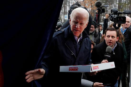 المرشح الديموقراطي ونائب الرئيس السابق جو بايدن يزوران مركزاً للاقتراع