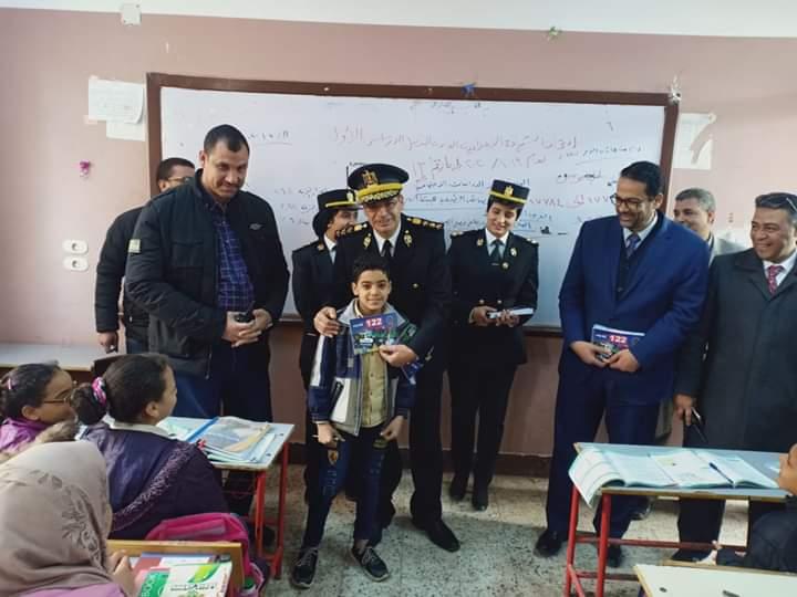 الشرطة توزع كراسات رسم وكتيبات على طلبة المدارس بالمحلة (1)