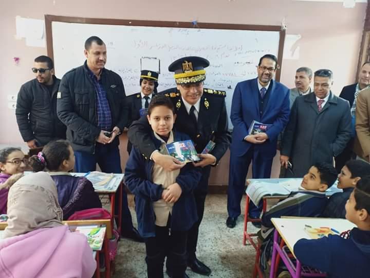 الشرطة توزع كراسات رسم وكتيبات على طلبة المدارس بالمحلة (2)