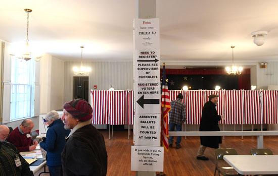 يصل الناخبون إلى مكان الاقتراع للإدلاء بأصواتهم في الانتخابات الرئاسية الأولية