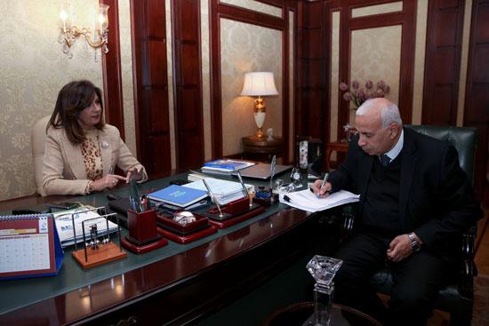 وزيرة-الهجرة-خلال-حوارها-مع-رئيس-تحرير-وكالة-الشرق-الأوسط