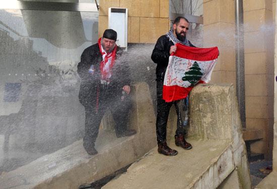 متظاهرون-يحملون-الأعلام-اللبنانية