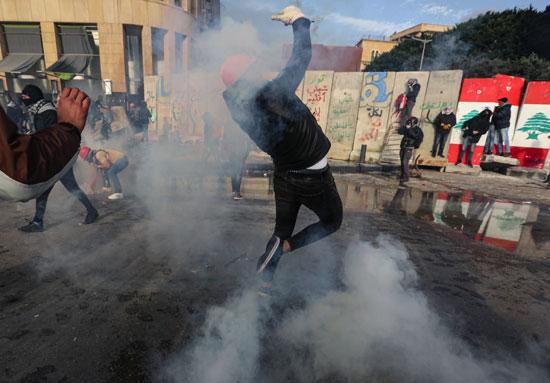 الشرطة-تطلق-قنابل-الغاز-على-المتظاهرين