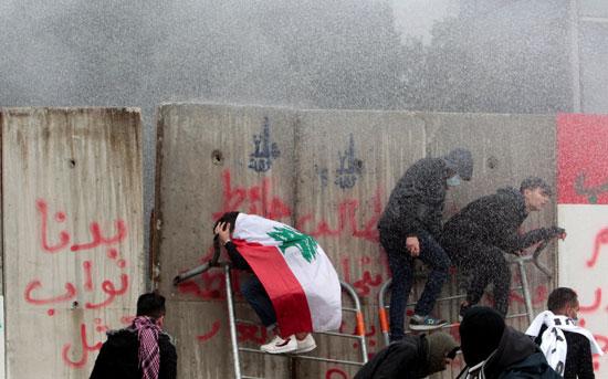 كر-وفر-بين-الشرطة-والمتظاهرين-فى-لبنان
