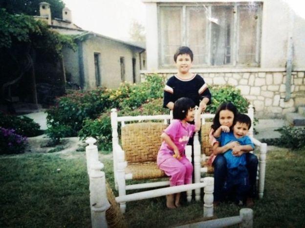 سومية تورا بالملابس الوردية فى فترة طفولتها عام 2002