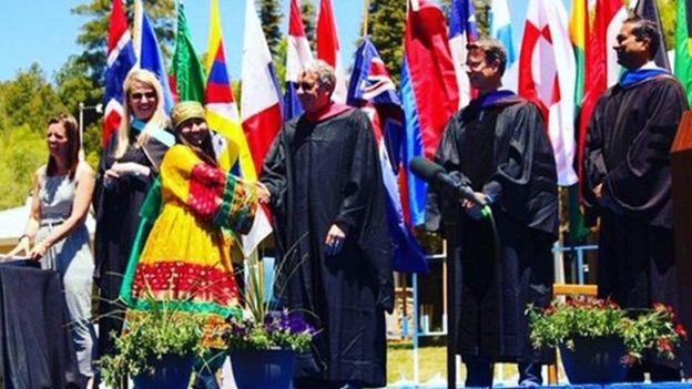 سومية ترتدي الزي الأفغاني التقليدي بحفل التخرج من المدرسة الثانوية في نيو مكسيكو