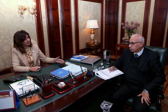 وزيرة-الهجرة-خلال-حوارها-مع-رئيس-تحرير-وكالة-أنباء-الشرق-الأوسط
