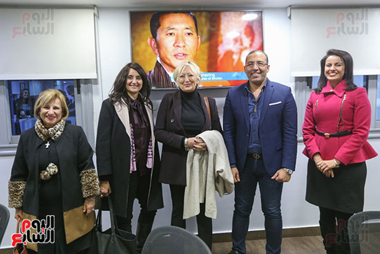 خالد صلاح فى صورة جماعية مع الوفد البرلمانى الفرنسي وعدد من نائبات البرلمان المصري