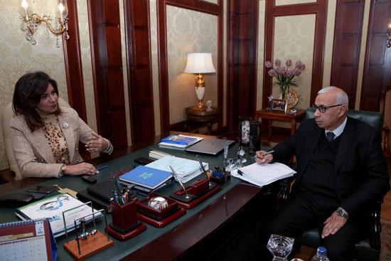 وزيرة-الهجرة-خلال-حوارها-مع-رئيس-تحرير-وكالة-أنباء-الشرق-الأوسط-(4)