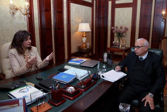 وزيرة-الهجرة-خلال-حوارها-مع-رئيس-تحرير-وكالة-أنباء-الشرق-الأوسط-(1)