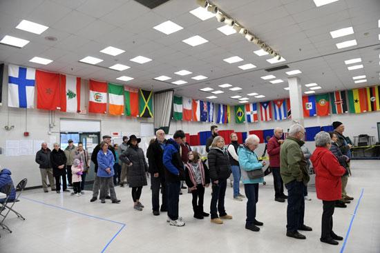 الناخبون ينتظرون في الطابور للإدلاء بأصواتهم في إحدى المدارس