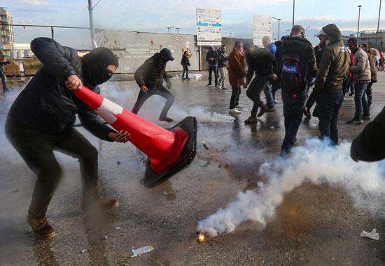 متظاهرون-يتصدون-لقنابل-الغاز