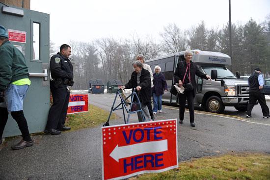 سيدة مسنة تصل إحدى اللجان الانتخابية للتصويت فى الانتخابات التمهيدية للرئاسة الأمريكية