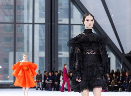 اطلالة الأسود بأسبوع الموضة