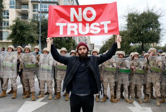 متظاهر-يرفع-لافتة-لرفض-منح-الثقة-للحكومة-الجديدة