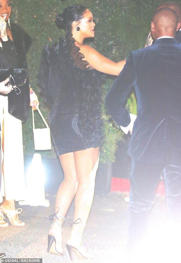 ريهانا قبل دخولها للحفل