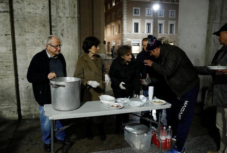 دينو إيمبالياتزو يوزع الطعام على الفقراء فى الشارع