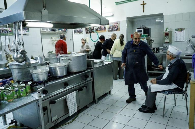 دينو إيمبالياتزو يستريح أثناء إعداد الطعام