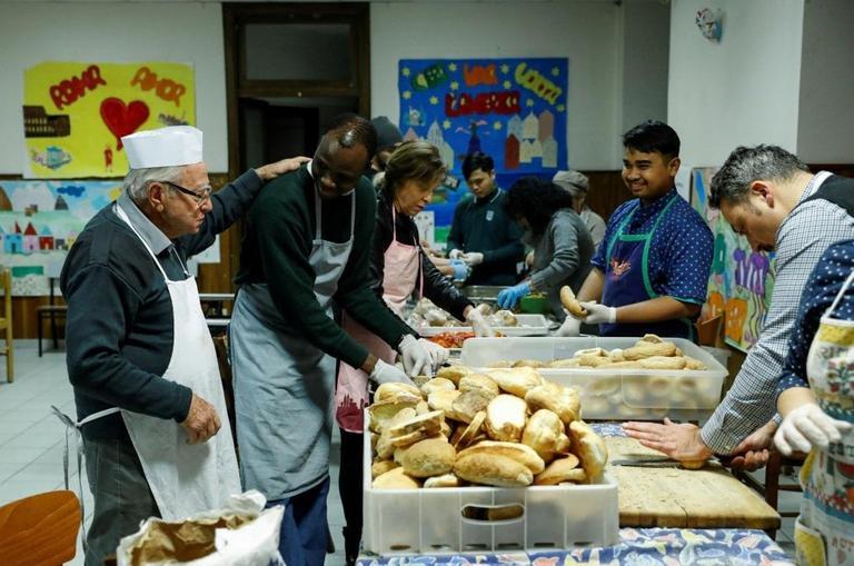 طاهى الفقراء  ومساعديه من المتطوعين