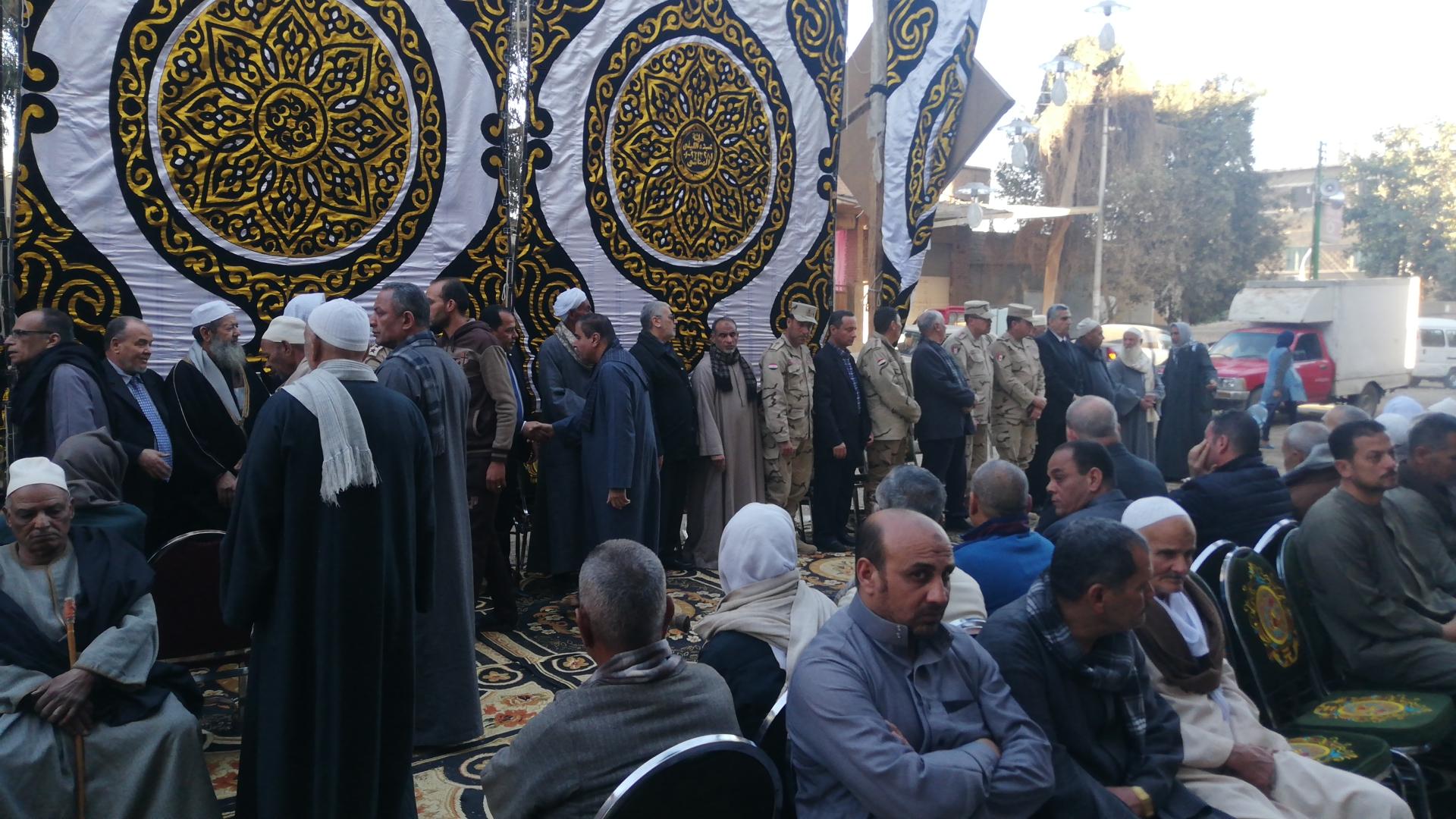 الألاف يؤدون واجب العزاء فى الشهيد مصطفى عبيد بمسقط راسه فى الجيزة (3)