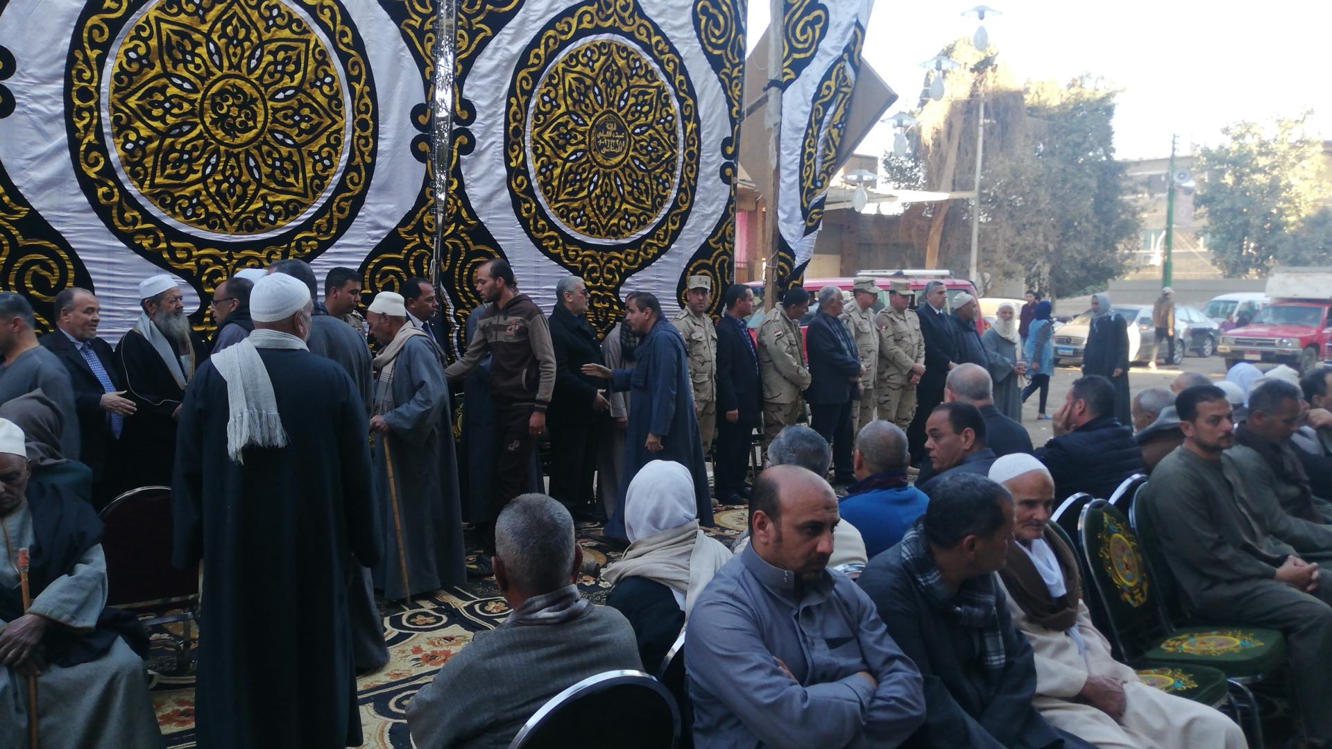 الألاف يؤدون واجب العزاء فى الشهيد مصطفى عبيد بمسقط راسه فى الجيزة (2)