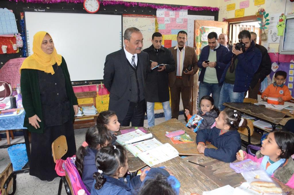 محافظ الإسماعيلية أثناء تفقده فصول مدرسة عمر مكرم (2)