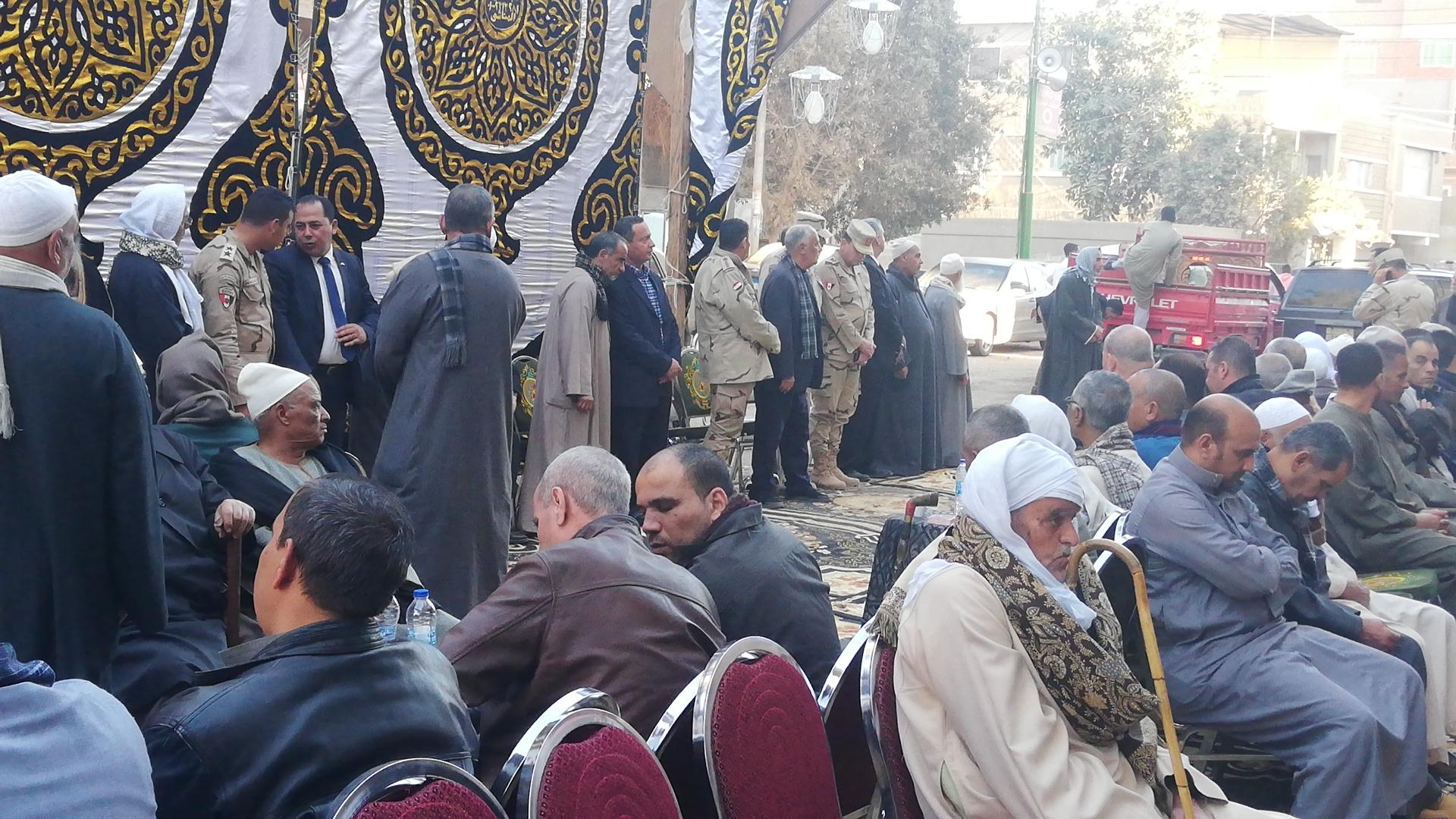 الألاف يؤدون واجب العزاء فى الشهيد مصطفى عبيد بمسقط راسه فى الجيزة (8)