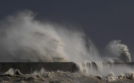 الميناء خلال ضربه بالموجات الكبيرة