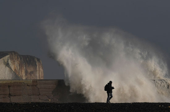 مواطن يهرب من الموجات