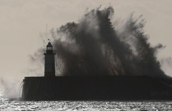 ضربت موجات كبيرة جدار الميناء فى نيوهافن