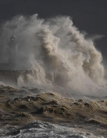 الموجات الكبيرة تخفى الميناء