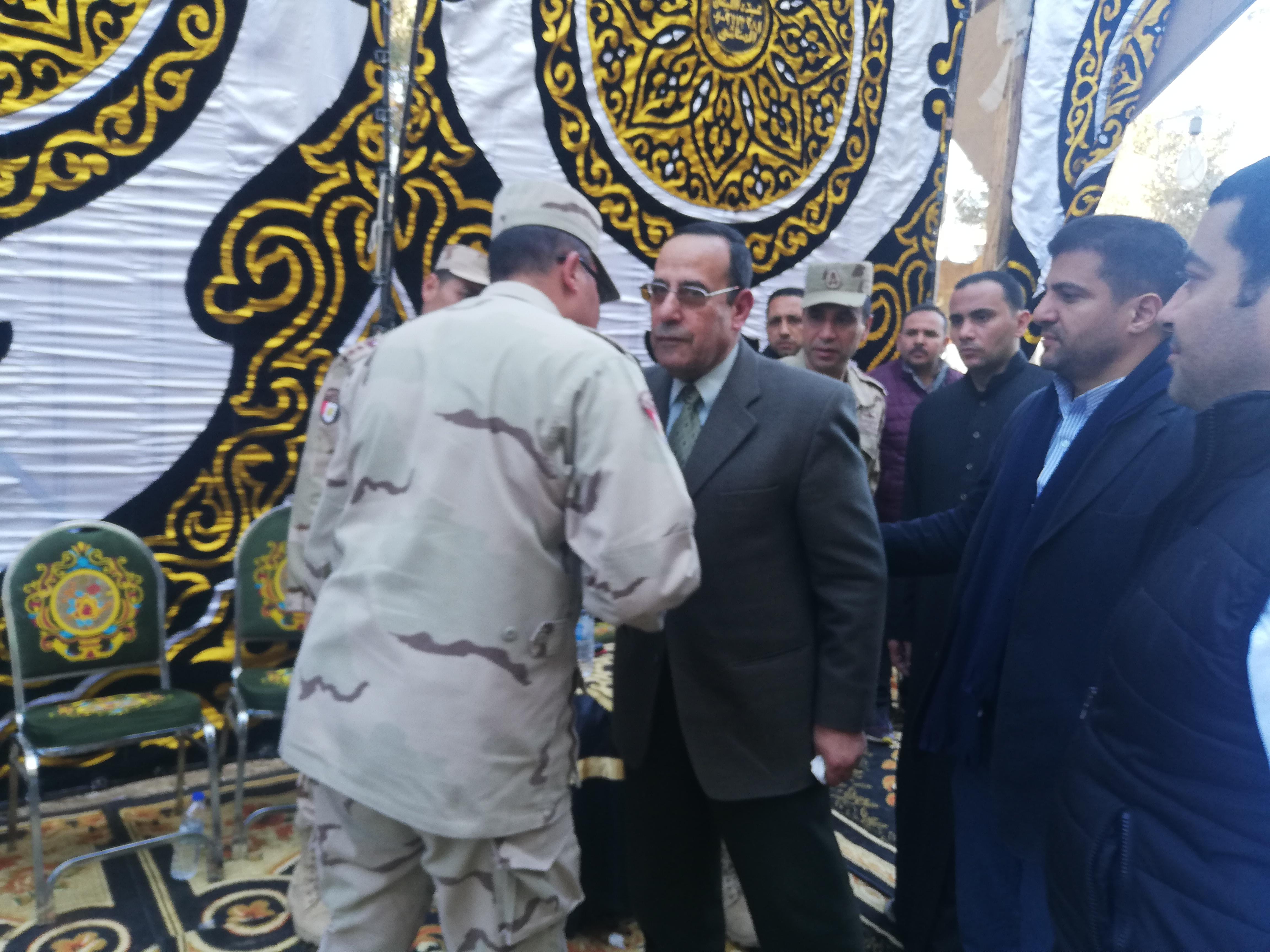 محافظ شمال سيناء يقدم واجب العزاء فى الشهيد مصطفى عبيدو بمسقط رأسه (3)