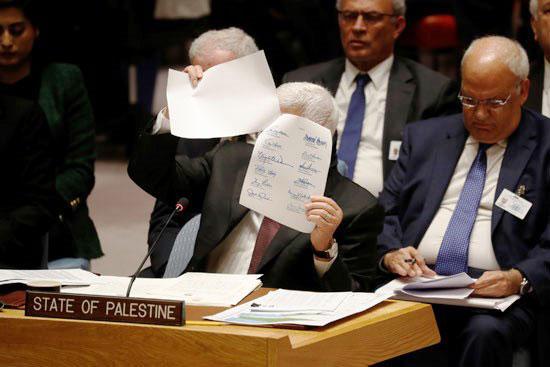 الرئيس-الفلسطينى-محمود-عباس-يرفع-أكثر-من-وثيقة-خلال-كلمته-أمام-مجلس-الأمن