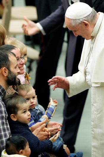 البابا-يبارك-طفل-وسط-أسرته