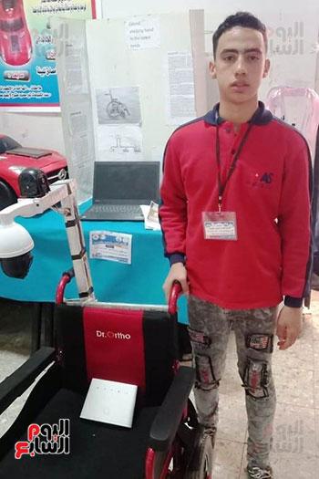 طالب يطور أداء كرسي ذوى الإعاقة (1)