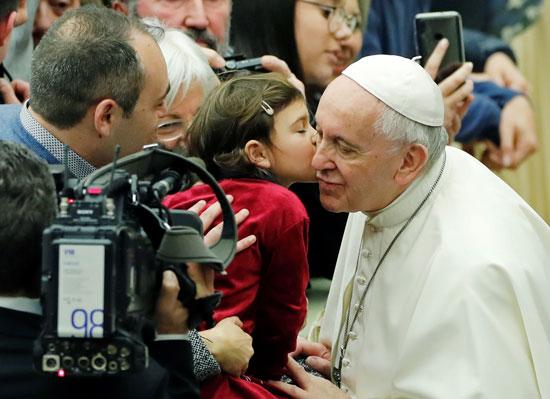 طفلة-تطبع-قبلة-على-وجنة-البابا