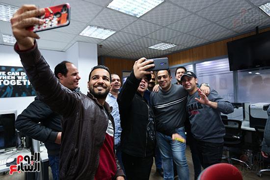 عمر كمال يلتقك صور تذكارية مع الزملاء فى اليوم السابع