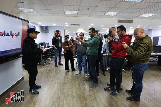 عمر كمال يغنى وسط الزملاء فى صالة تحرير اليوم السابع