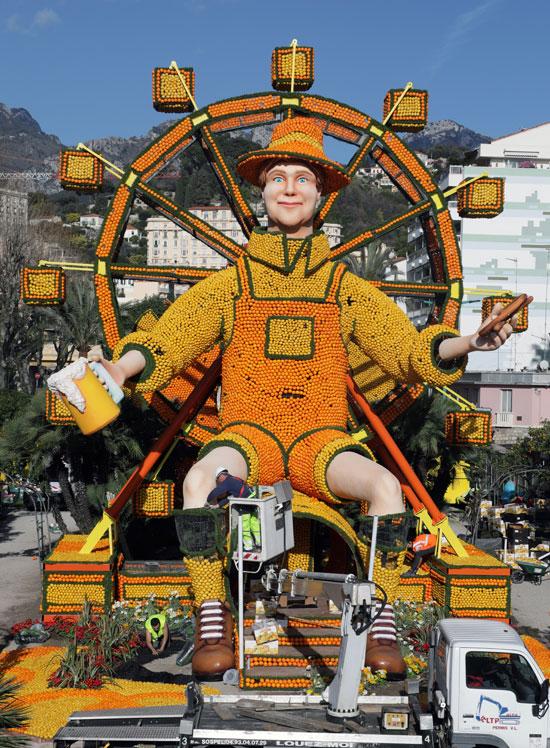 تمثال ضخم من الليمون والبرتقال