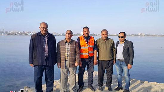 شباب بتحب مصر ينظفون شاطئ بحيرة التمساح بالإسماعيلية (2)