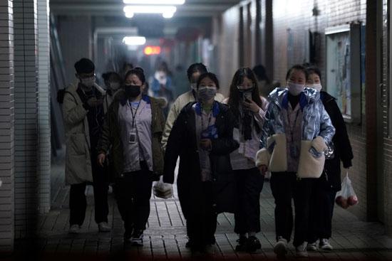 عمال داخل مصنع فى شنجهاى