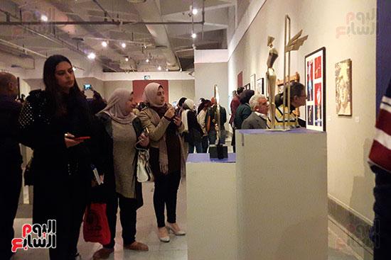 اقبال الشباب على المعرض