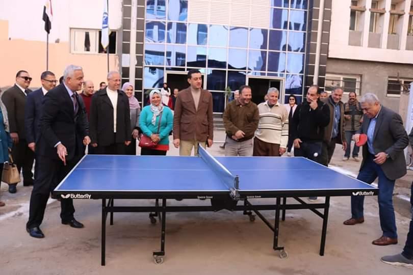 رئيس جامعة المنوفية يلعب تنس الطاولة (1)