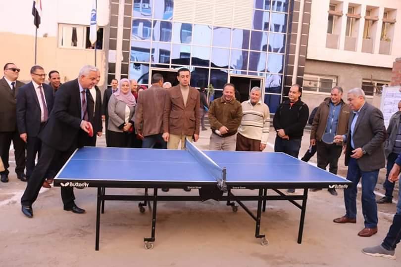 رئيس جامعة المنوفية يلعب تنس الطاولة (2)