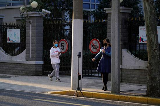 الصينيون  يسير فى شوارع شنجهاى