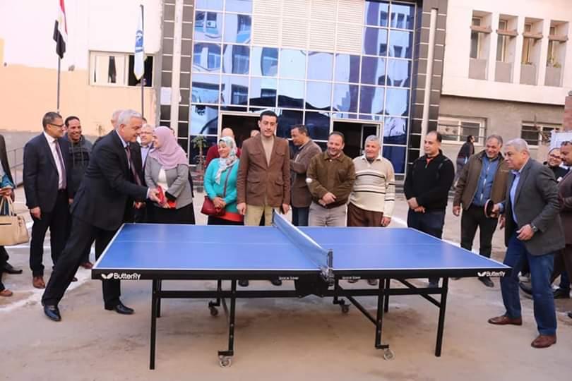 رئيس جامعة المنوفية يلعب تنس الطاولة (3)