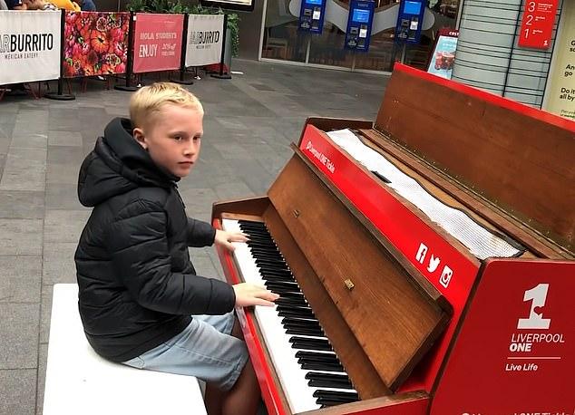 الطفل يعزف على البيانو