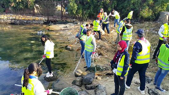 شباب بتحب مصر ينظفون شاطئ بحيرة التمساح بالإسماعيلية (4)
