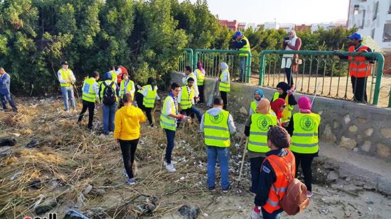 شباب بتحب مصر ينظفون شاطئ بحيرة التمساح بالإسماعيلية (5)