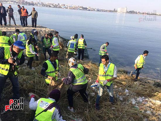 شباب بتحب مصر ينظفون شاطئ بحيرة التمساح بالإسماعيلية (1)